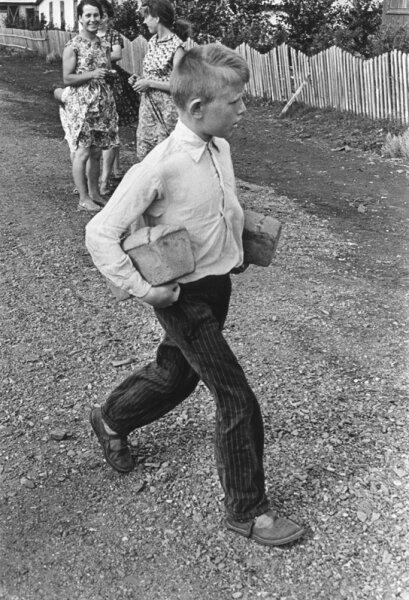 Хлеб привезли. Автор Дубинский Григорий, 1960.jpg