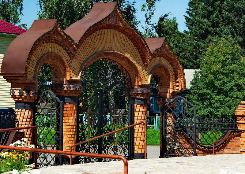Центральные ворота церкви.