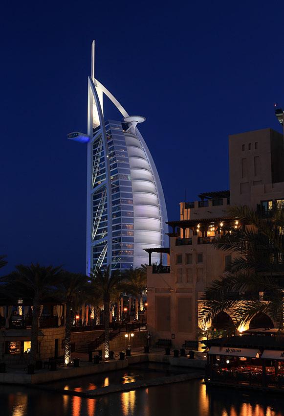 Фото 8. До постройки небоскреба Бурдж Халифа гостиница в форме паруса была самым известным символом Дубая. Ночная съемка на Canon EOS 6D