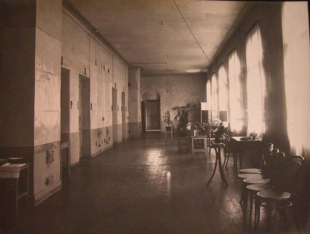 19. Вид части коридора в здании больницы