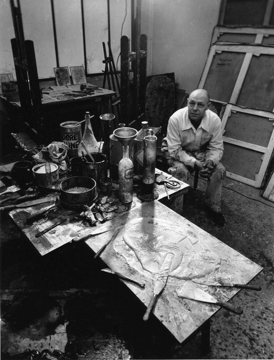 1951. Жан Дюбюффе у себя в студии