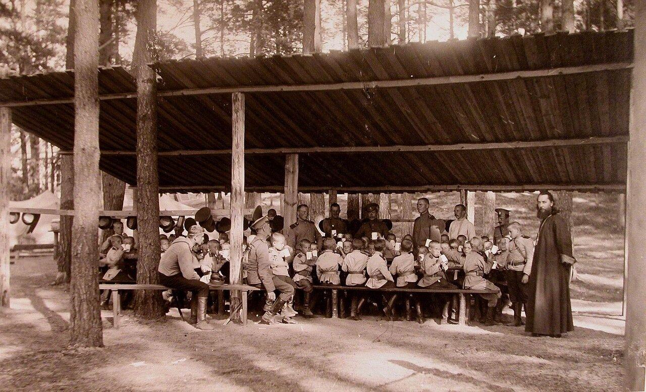 04. Потешная рота во время завтрака в летнем лагере