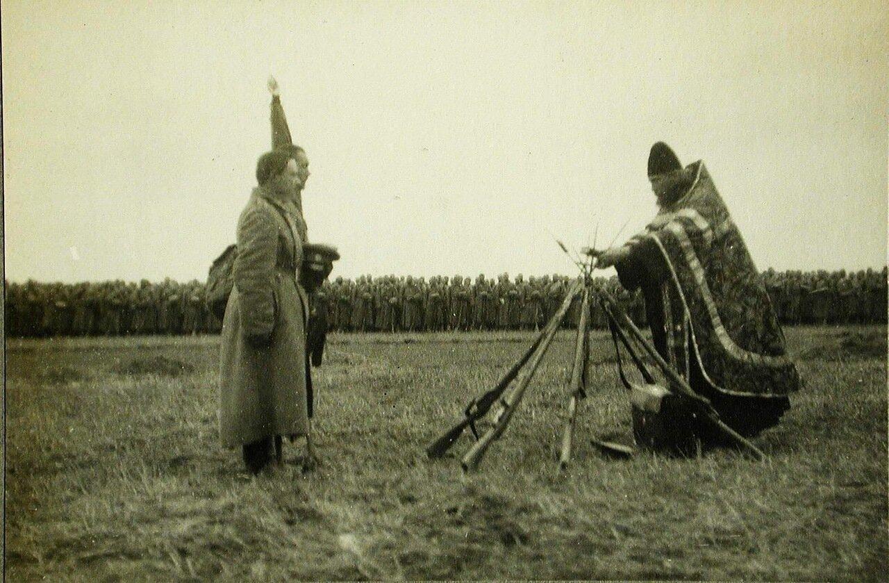 63. Солдаты и офицеры одной из армейских частей во время богослужения
