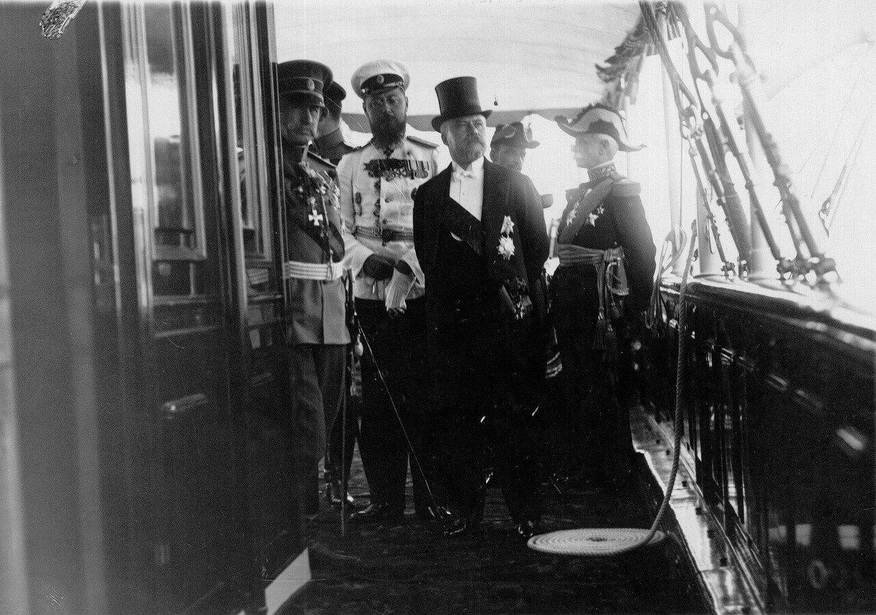 19. Президент Французской Республики Раймон Пуанкаре, командующий французской эскадрой адмирал Ле-Бери и сопровождающие их лица на палубе императорской яхты «Александрия». 7 июля 1914