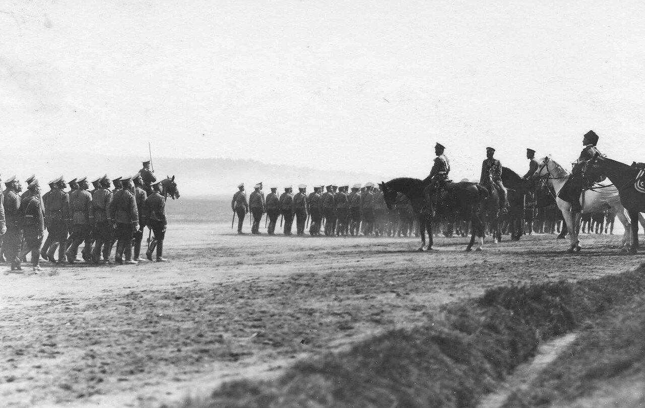 71. Пехотные части во время парада войск проходят мимо императора Николая II и его свиты. Красное Село
