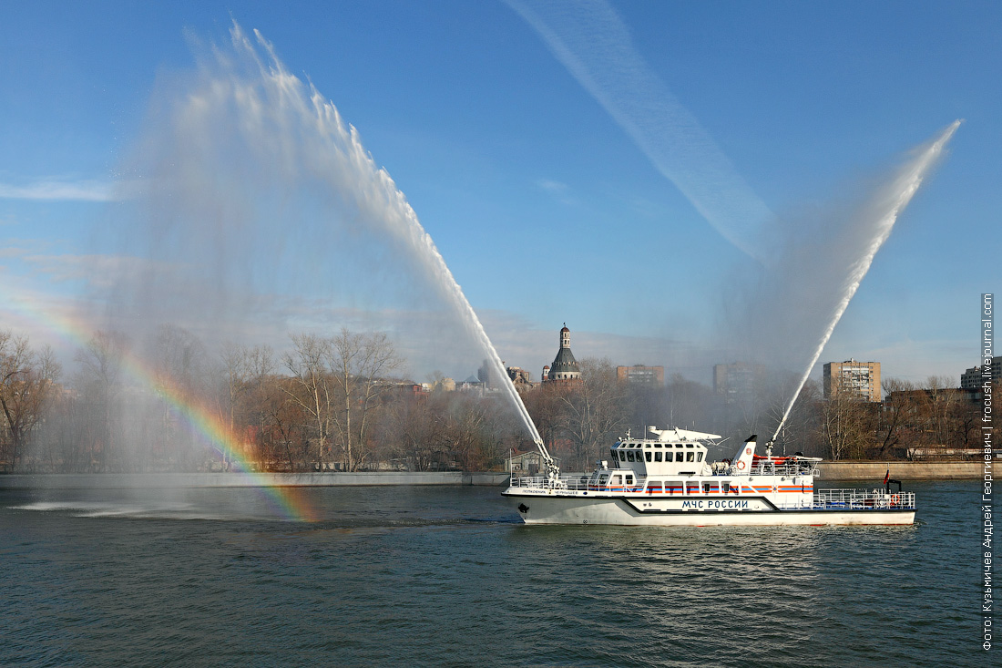 многоцелевое пожарно-спасательное судно Полковник Чернышев умеет делать радугу