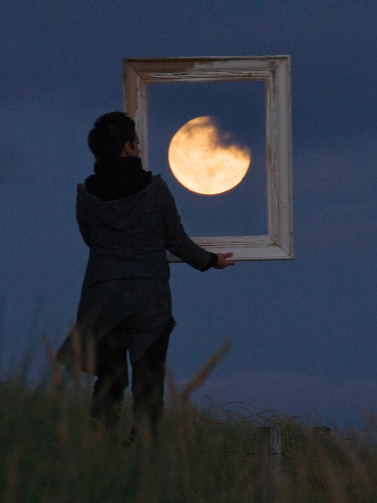 Французский фотограф Лоран Лаведер играет с Луной 0 145d65 2da01a96 orig