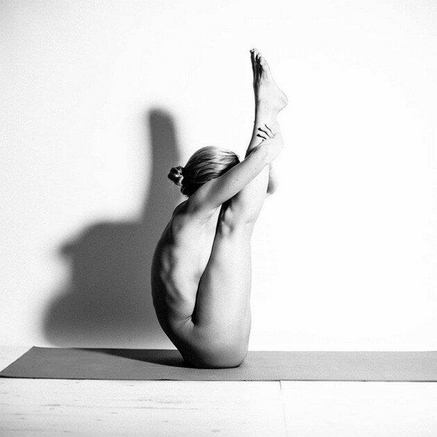 Фото обнаженной модели, которая занимается йогой в Instagram