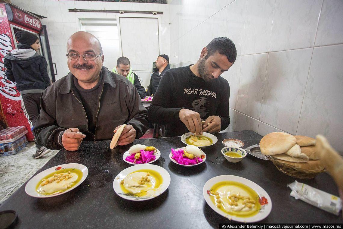 5 Хумус на востоке едят так: берут круглую лепёшку питу, разрывают её, как удобно, обмакивают в хуму