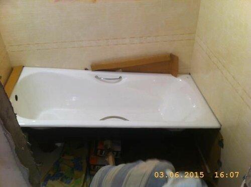 Покачиввая, завели полку ванны в нишу