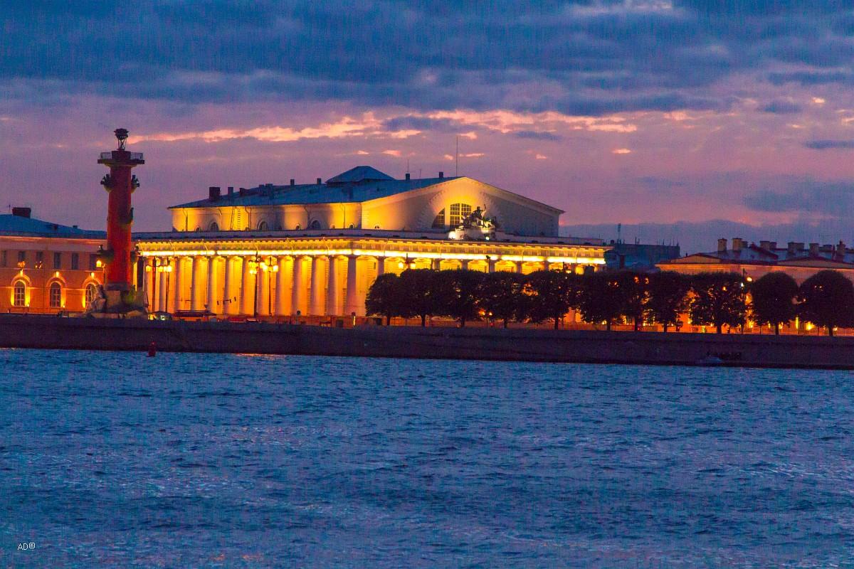 Ростральная колонна и здание Биржи на стрелке Васильевского острова