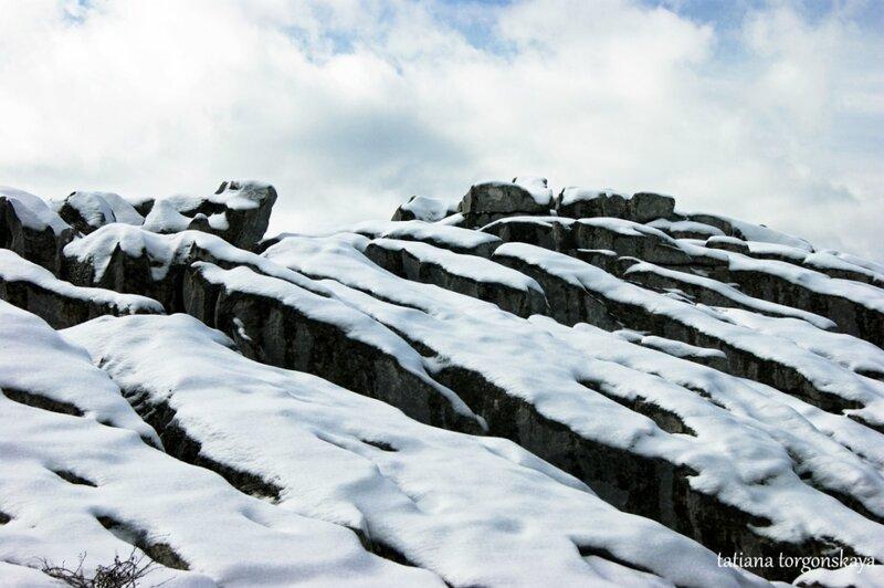 Заснеженные горные склоны