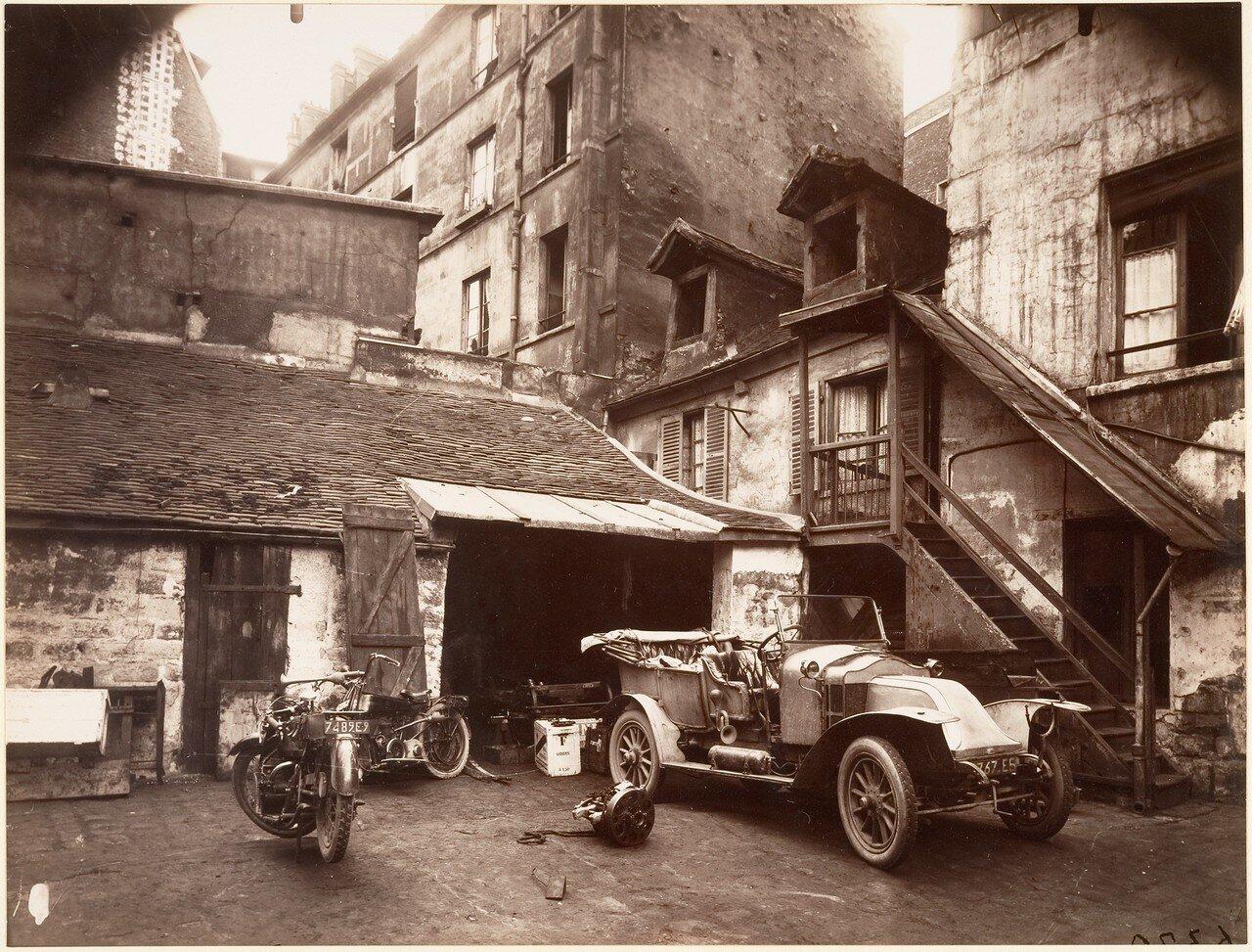 1922. Двор дома № 7 по рю ле-Валенса