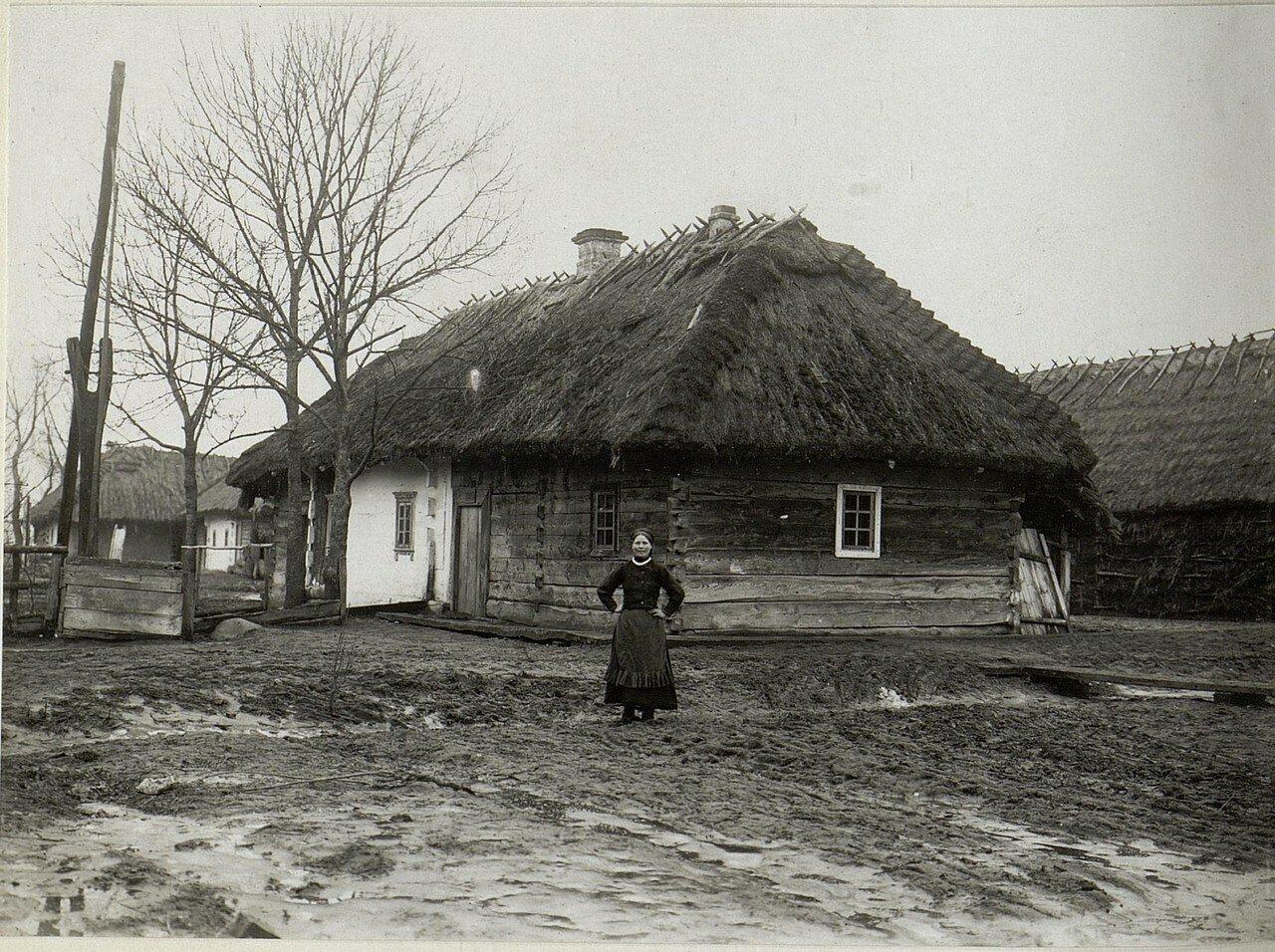 Крестьянка возле хаты