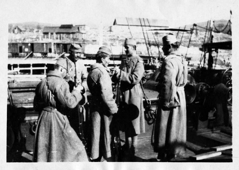 1918. На борту «Вайгача». Королевская гвардия охраняет дверь каюты уполномоченного Лапина, арестованного после большевистской бомбардировки судов, перевозящих дипломатический корпус