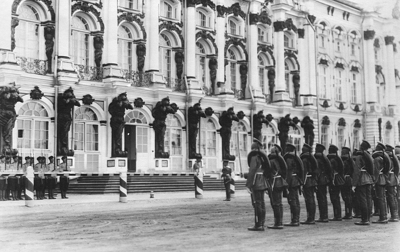 06. Кирасиры (справа) и стрелки Лейб-гвардии 4-го полка (слева) в момент смены караула у Екатерининского дворца в день смотра потешных