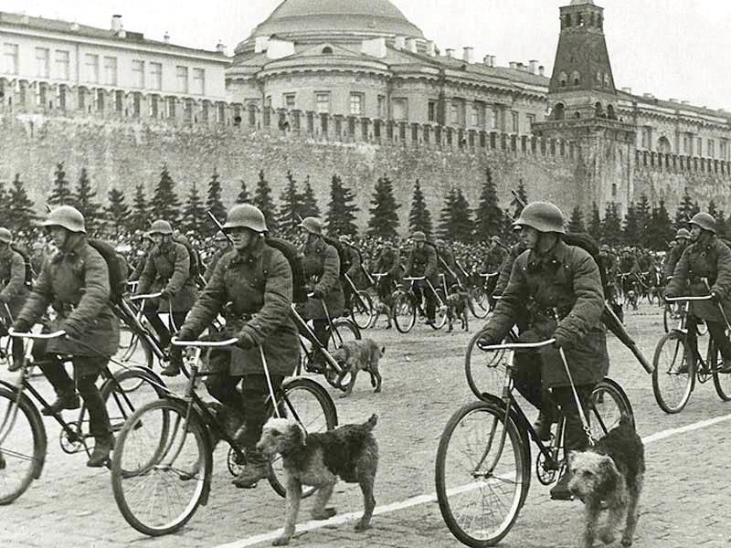 Парад на Красной площади в 30-х годах.jpg