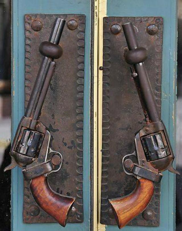 7. Револьверы Дверные ручки в виде револьверов.