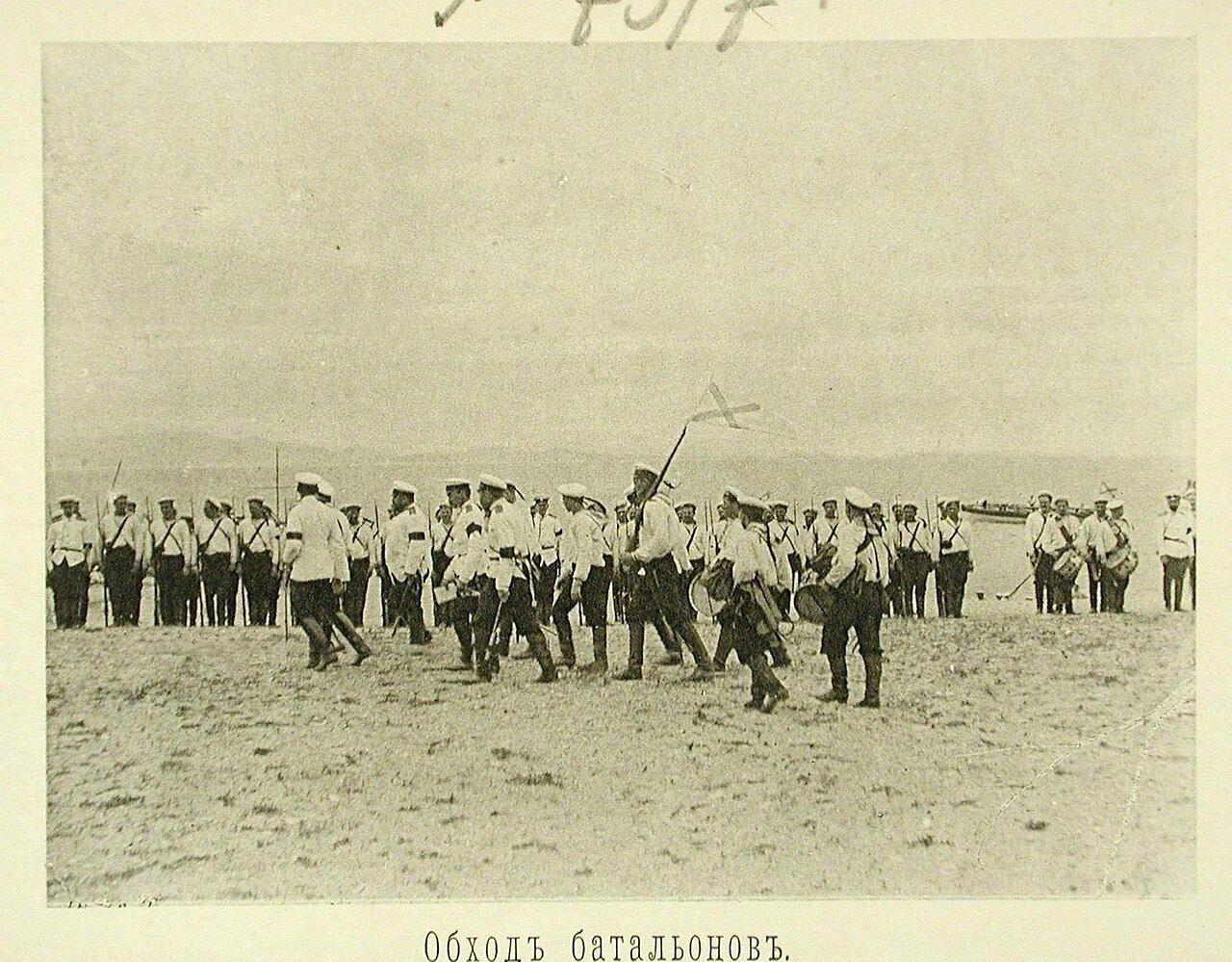 86. Начальник эскадренного десанта и сопровождающие его лица во время обхода батальонов