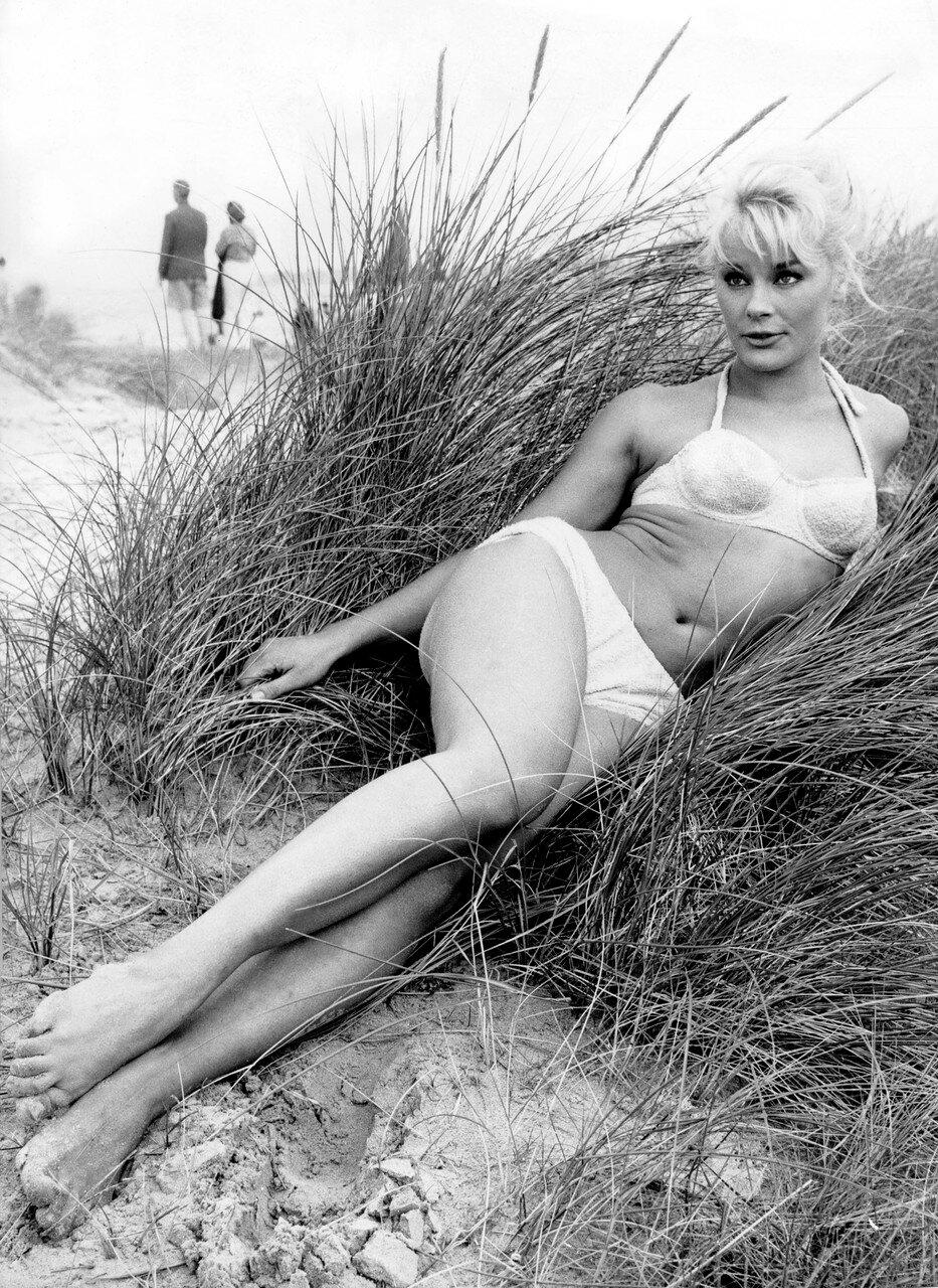 Elke SOMMER im Bikini in den Dьnen 1960