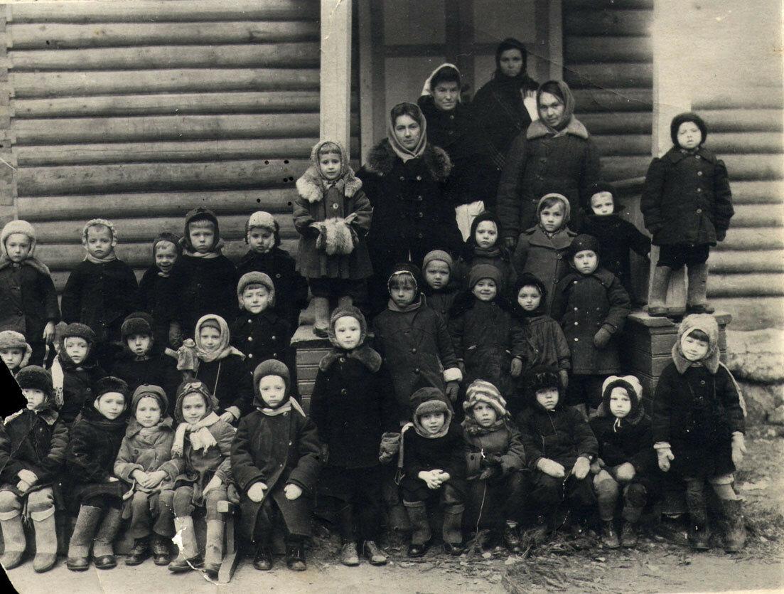 1944. Ленинградская область. Эвакуированные без родителей. На снимке 31 ребёнок, 17 девочек и 14 мальчиков.