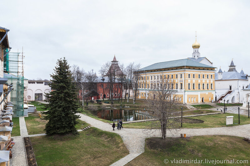 Вид на Ростовский кремль с крытого перехода западной крепостной стены.