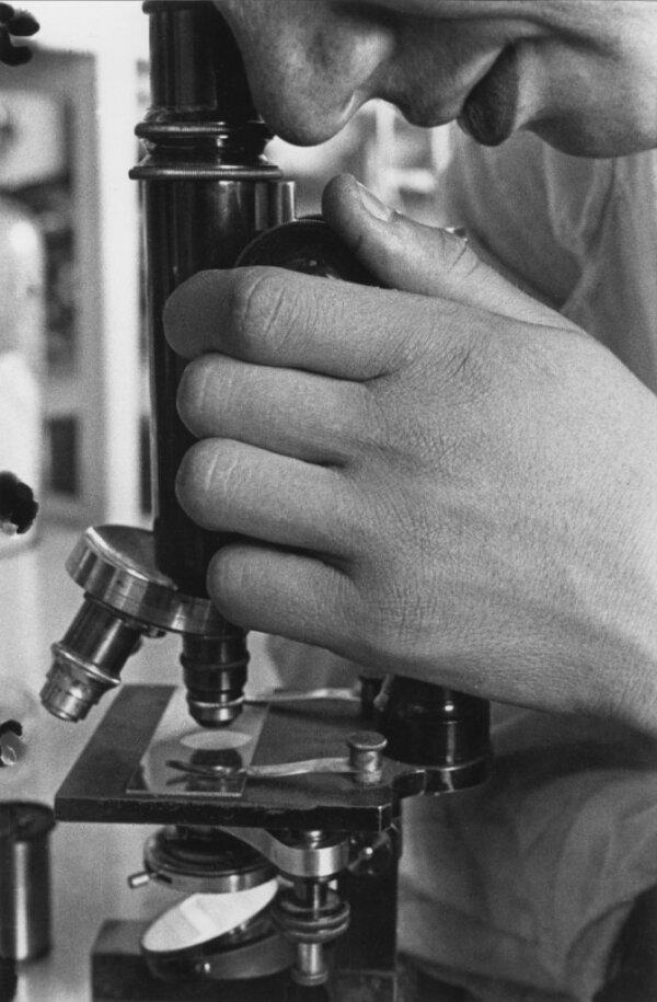 With a Microscope, photo by Boris Ignatovich, 1929.jpg