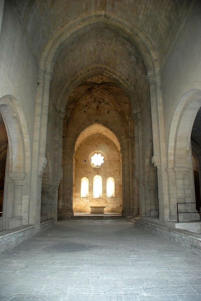 800px-Abbaye_de_Silvacane_-_05_-_nef.JPG
