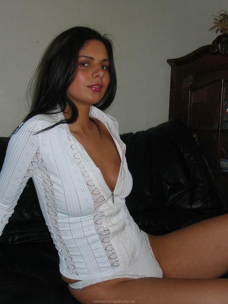 женщина маструбирует в атласных перчатках фото
