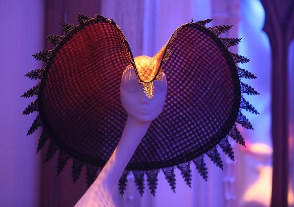 """Гениальный шляпник Филип Трейси / Philip Treacy. Выставка """"Шляпы в XXI веке"""" в Москве"""