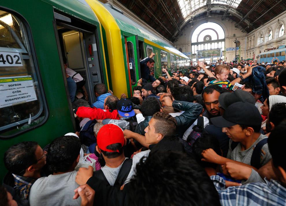 10. Начинается борьба за то, чтобы попасть в вагоны подошедшего поезда. Он идет до небольшого венгер