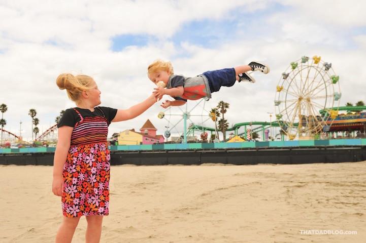 Любящий отец помогает своему «солнечному» сыну летать