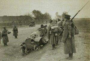 Солдаты одной из армейских частей у разбитого немецкого автомобиля.