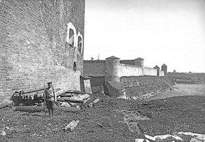 Солдат из 92-го Печорского полка у южной стены конвентского дома нарвского замка