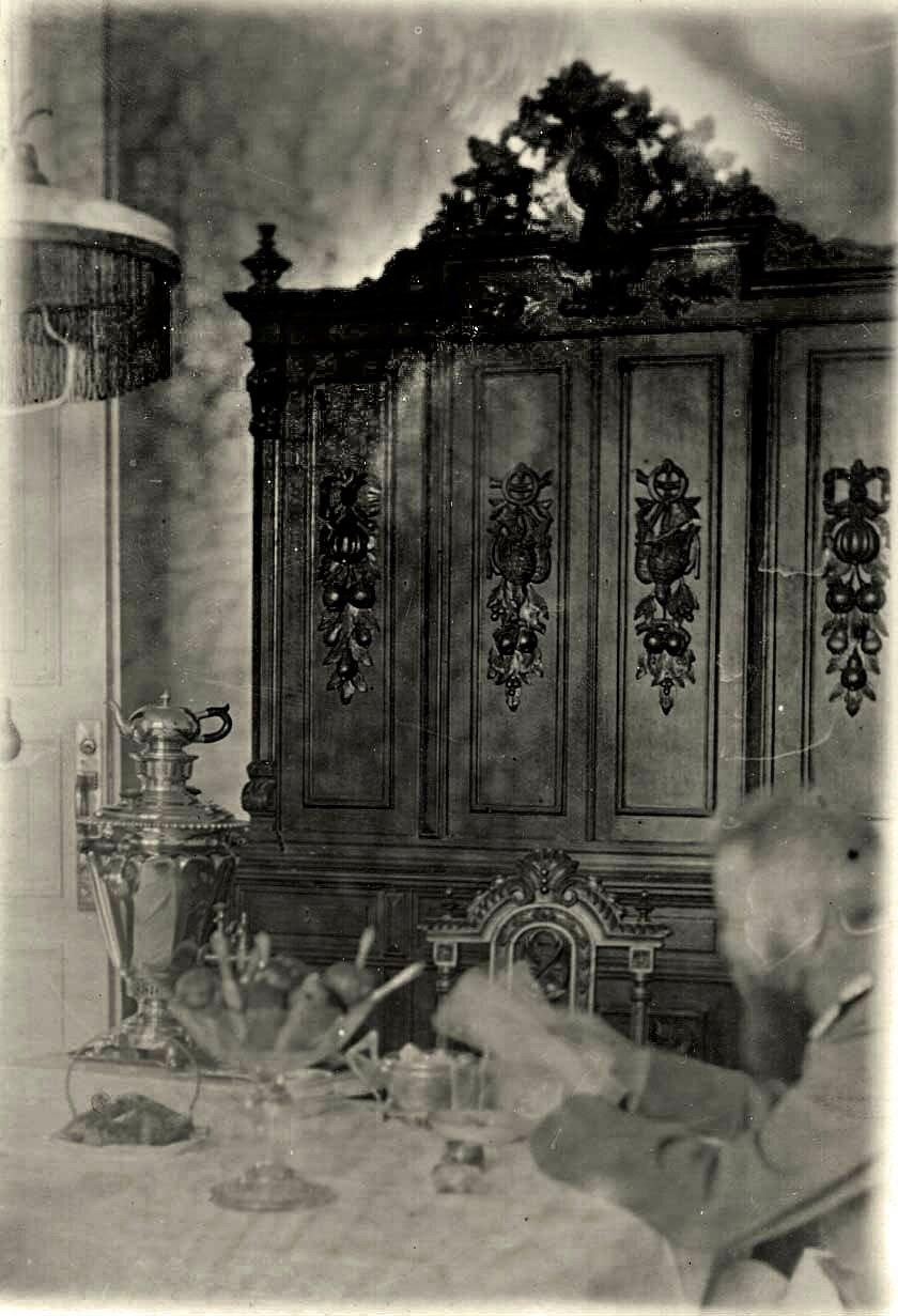 В столовой в доме врача П.Н. Коновалова