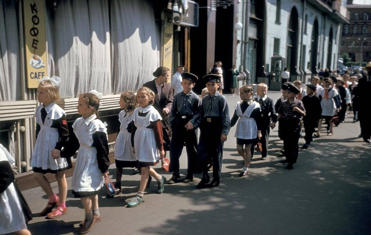 Школьники на улице