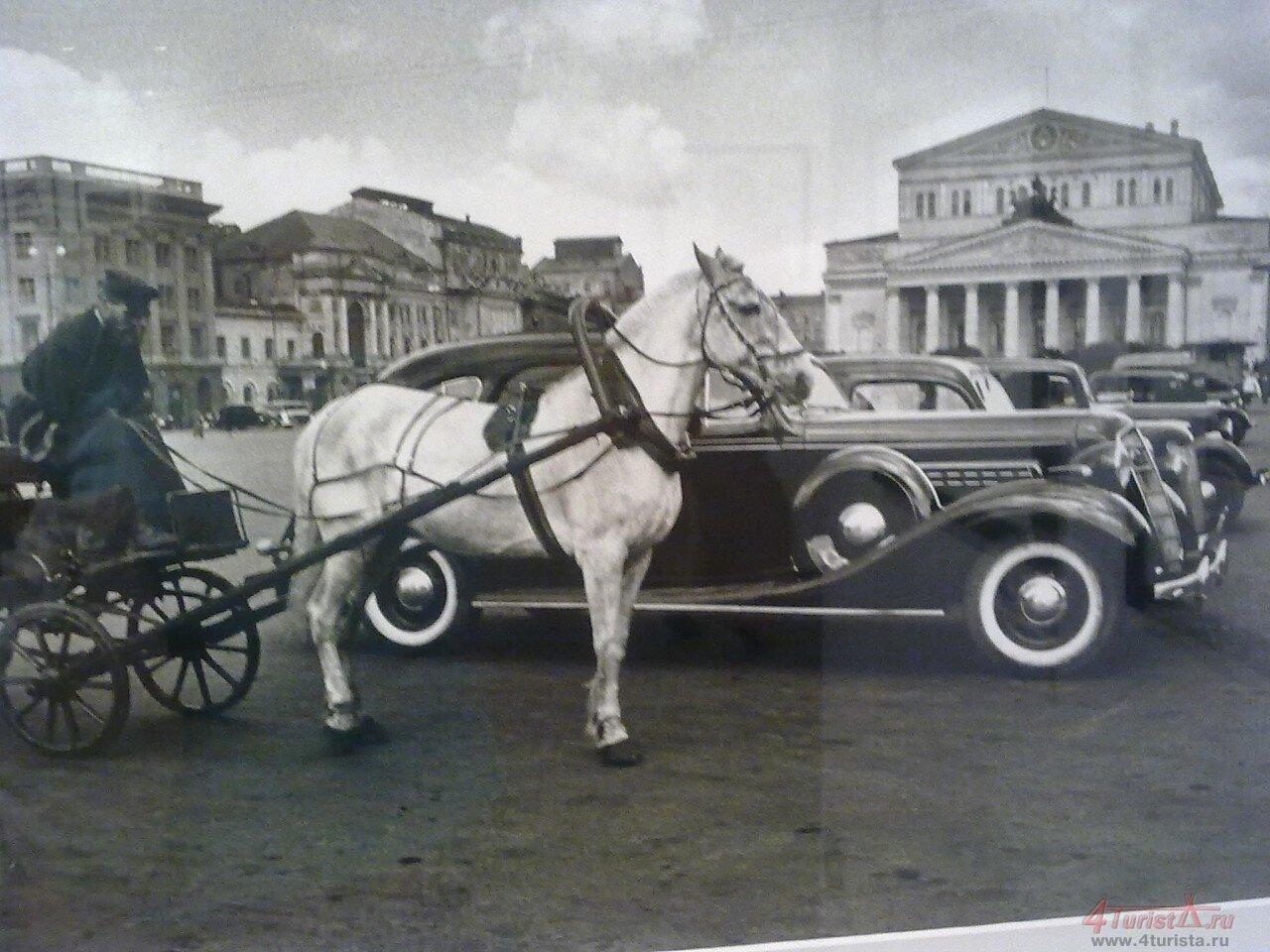 132. Извозчик и автомобиль. Стоянка такси у Большого театра