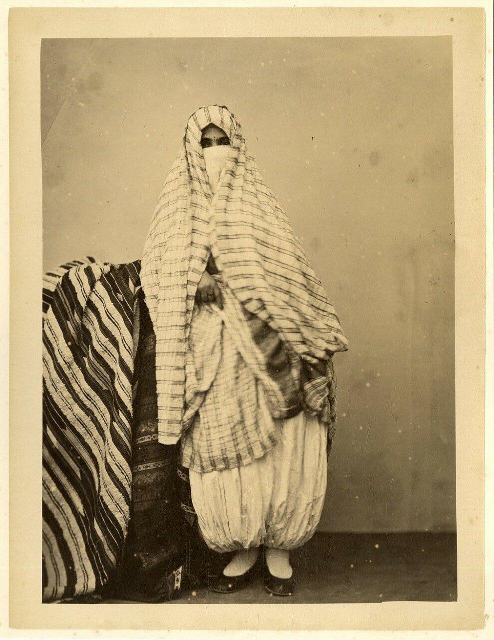 Арабка в уличной одежде