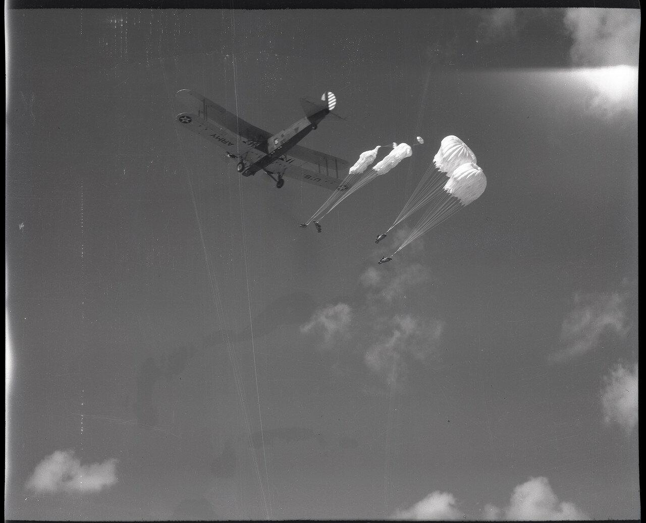 09. Манекены на парашютах сброшенные из бомбардировщика B-3A