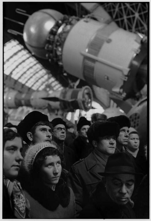 1972. Москва. ВДНХ. Группа посетителей в космическом павильоне