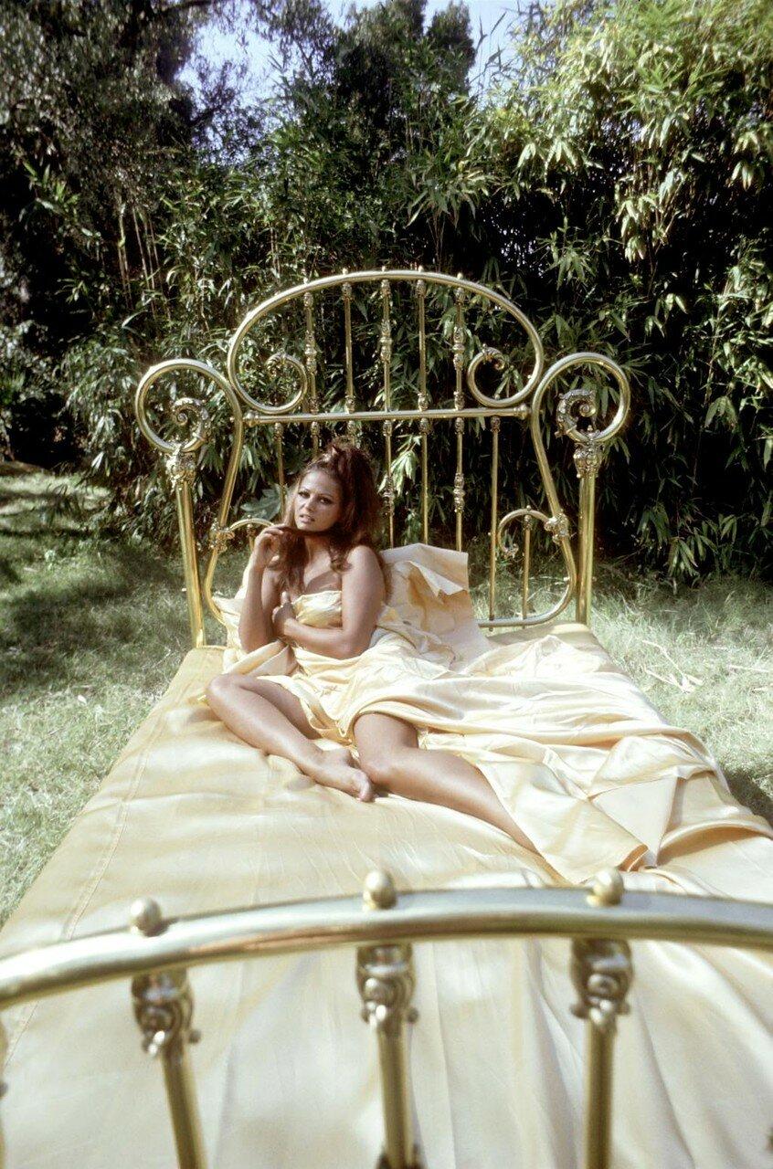 Claudia CARDINALE, Fotostrecke im Bett, 60er Jahre