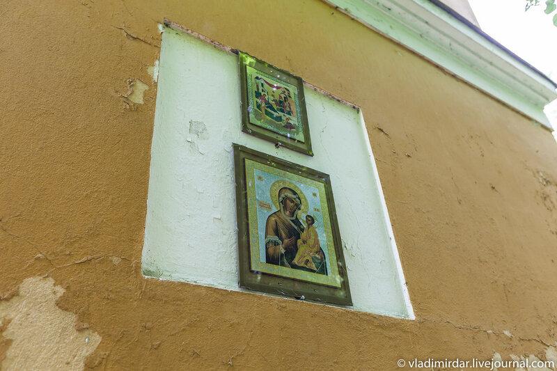 Иконы на стене восточного флигеля