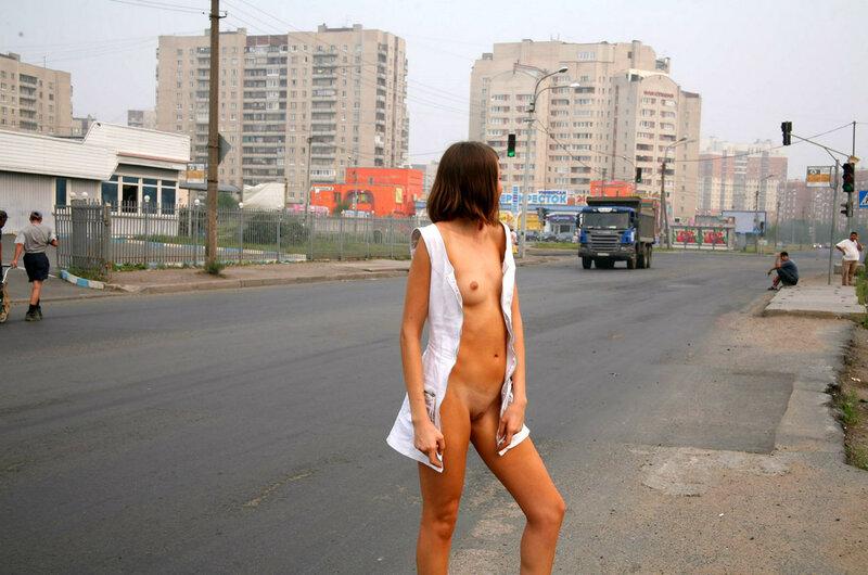 Голая гуляет по городу фото 16032 фотография