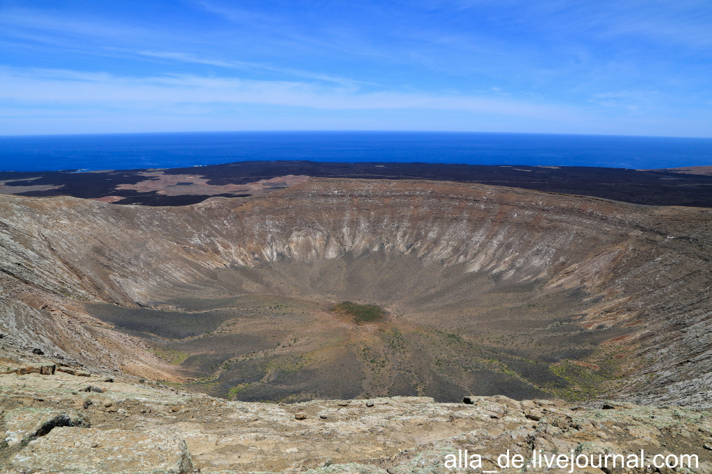 Канарский остров Lanzarote. Caldera Blanca - самый большой вулкан на острове -