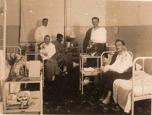 Группа офицеров в послеоперационной палате лазарета.