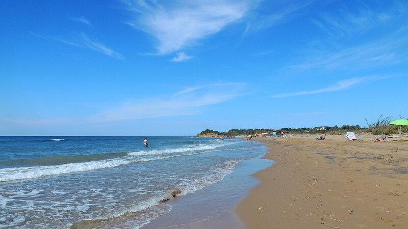 пляж меж озером и морем