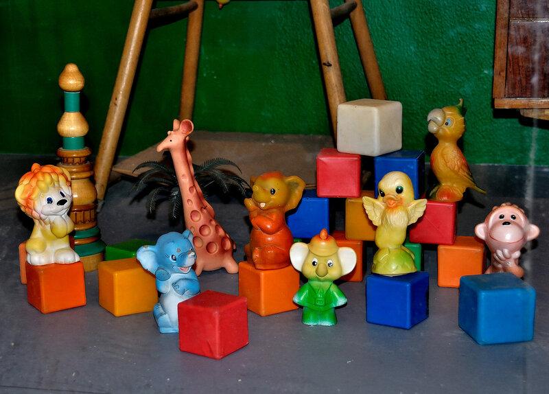 резиновые игрушки, пластмассовые кубики и деревянная пирамидка