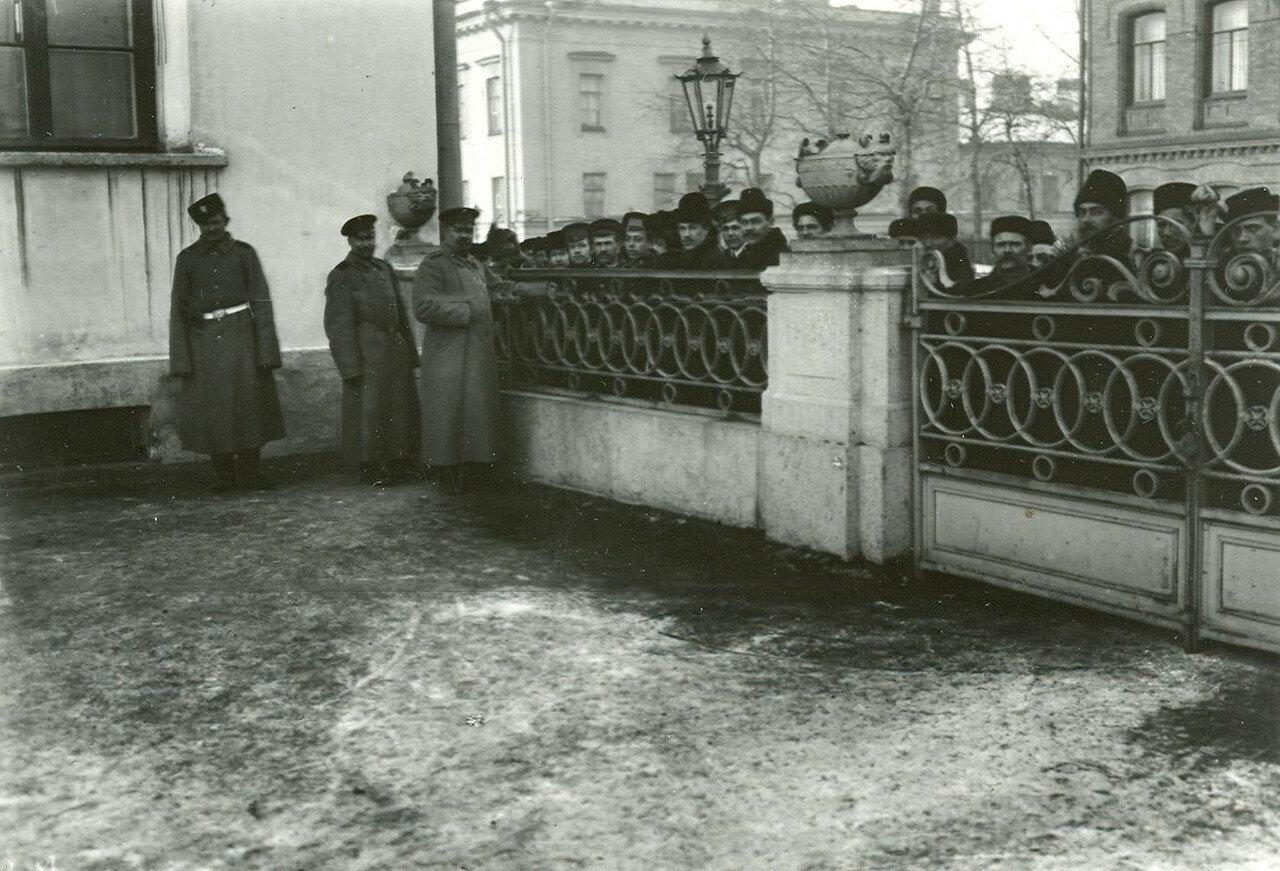 28. Полиция и прохожие у Таврического дворца во время выхода депутатов Второй Государственной думы после окончания заседания