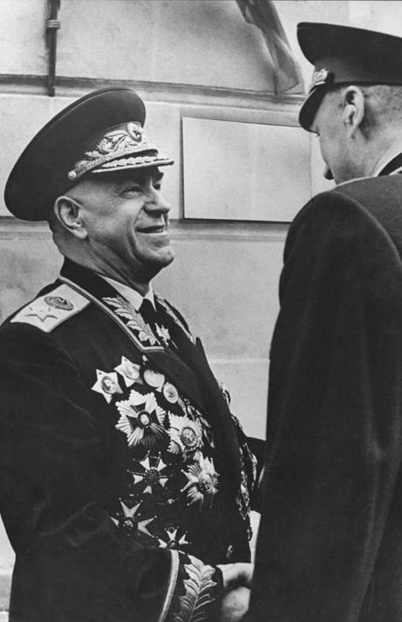 1970. Иосип Броз Тито вручает высший югославский орден Свобода Георгию Константиновичу Жукову