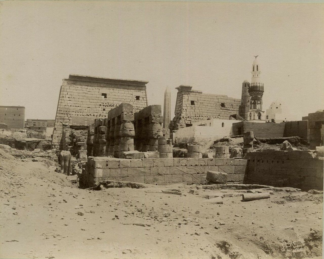 Луксорский храм. На заднем плане белая мечеть, где хранятся останки Абу-л-Хаггага